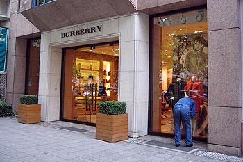 Pourquoi Burberry a détruit pour plus de 30 millions d'euros d'invendus